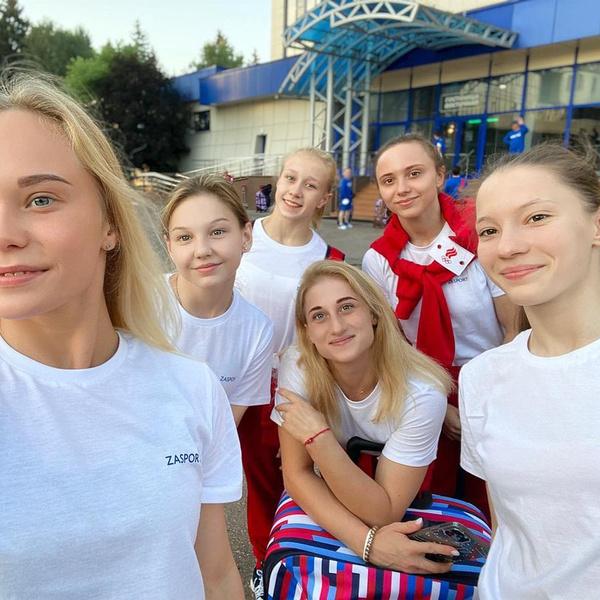Фото №1 - Не только боди и купальники: смотри, что носят российские гимнастки в повседневной жизни