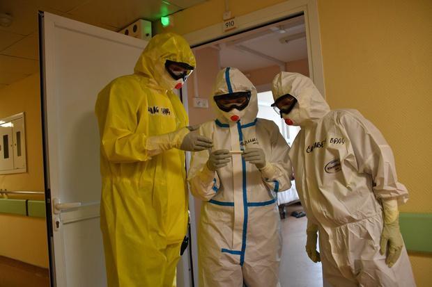 Фото №1 - Тульскую медсестру наказали за выход на работу в купальнике и прозрачном защитном костюме