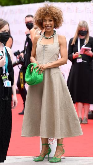 Фото №4 - Теле-BAFTA 2021: самые стильные знаменитости на красной дорожке