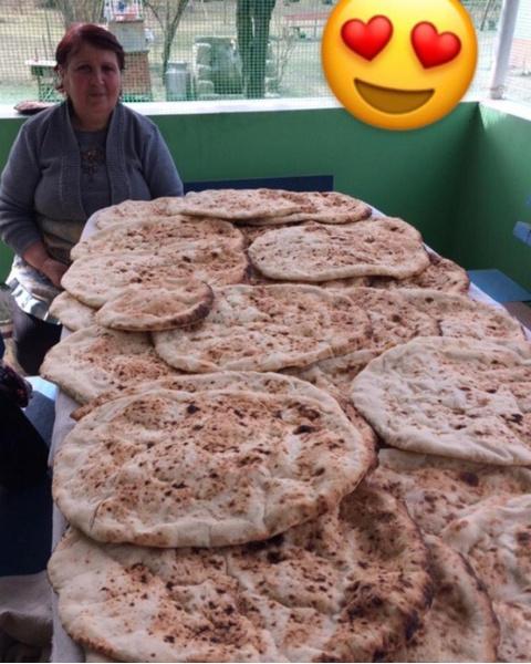 Это моя тетя Лида Джанари (в замужестве Мартиросова). Так выглядит наш шум (хлеб или лаваш)