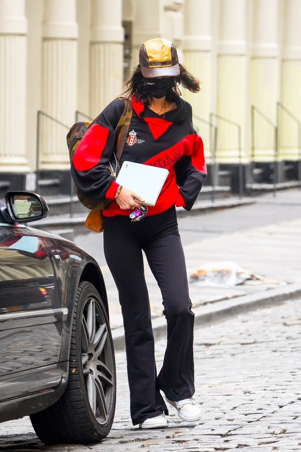 Фото №2 - С чем носить облегающие брюки клеш? Белла Хадид знает ответ
