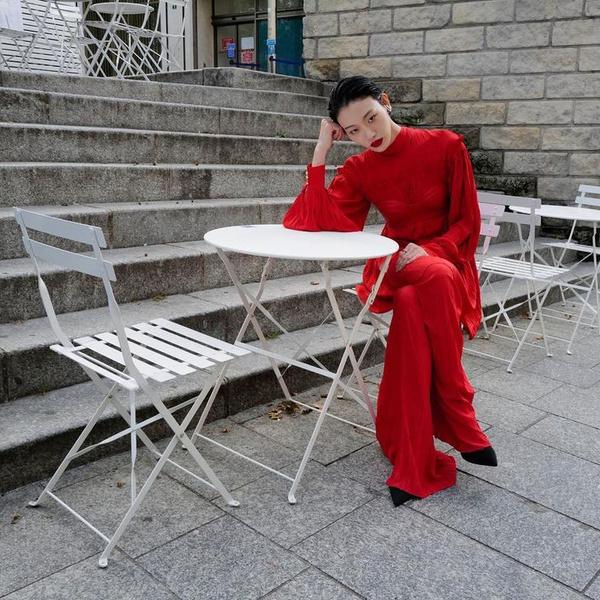 Фото №1 - Как эффектно носить самую модную вещь сезона— кожаный бра-топ: учимся у южнокорейской модели Соры Чой
