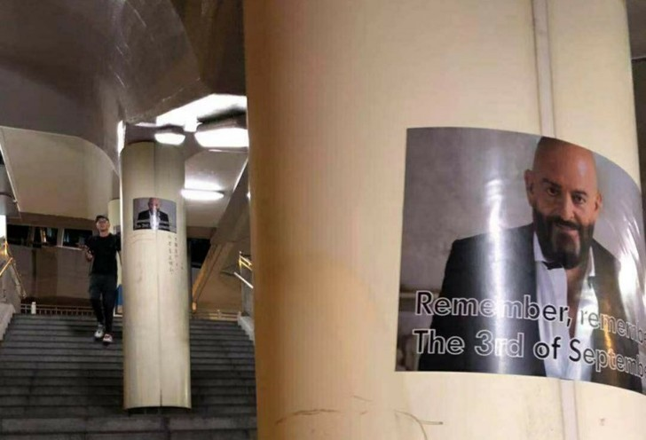 Фото №1 - Неизвестные развесили по Гонконгу плакаты с Михаилом Шуфутинским
