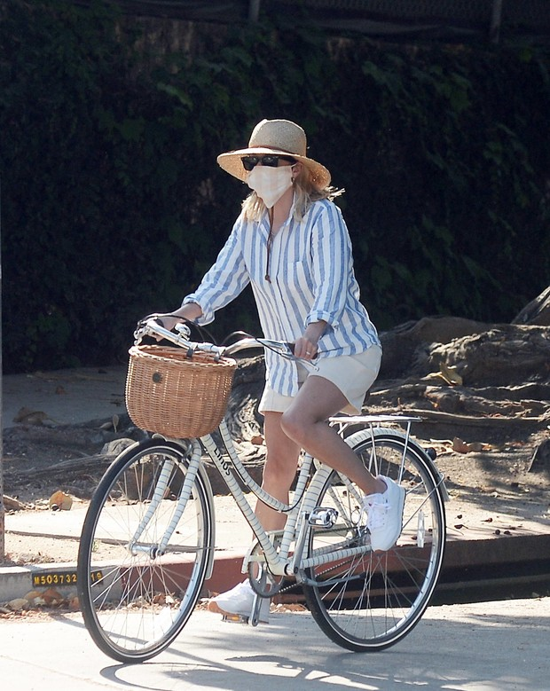 Фото №1 - Рубашка изо льна и соломенная шляпа: очень женственный и летний образ Риз Уизерспун
