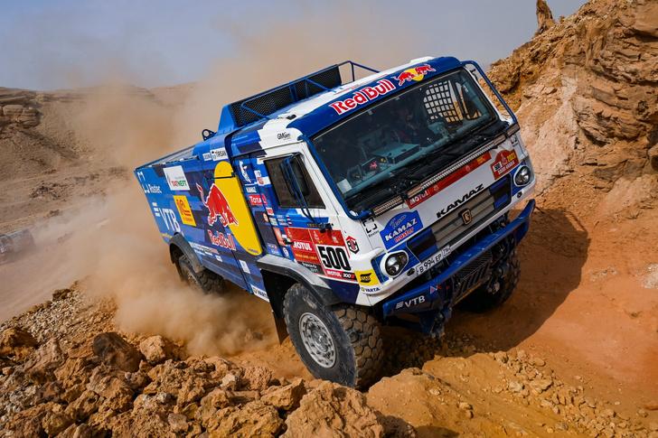 Фото №2 - «Осторожно, низколетящие грузовики!»: на что способен гоночный КАМАЗ