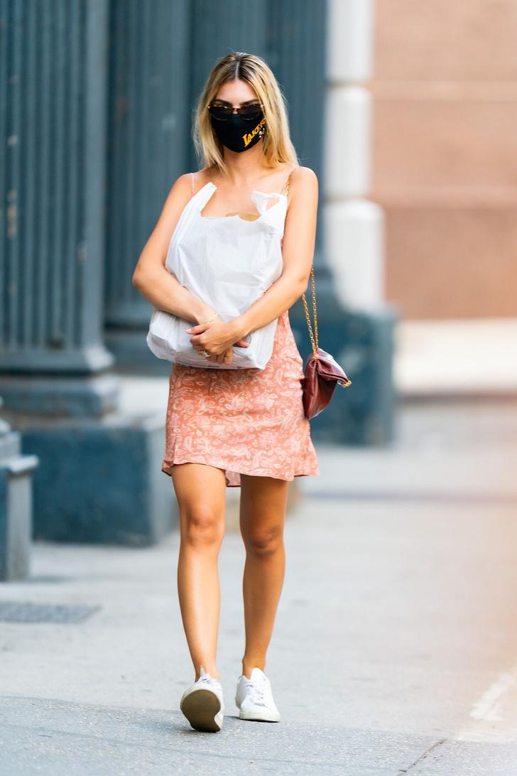 Фото №3 - В красном мини-платье и в символичной маске: блондинка Эмили Ратаковски не изменяет своим модным принципам