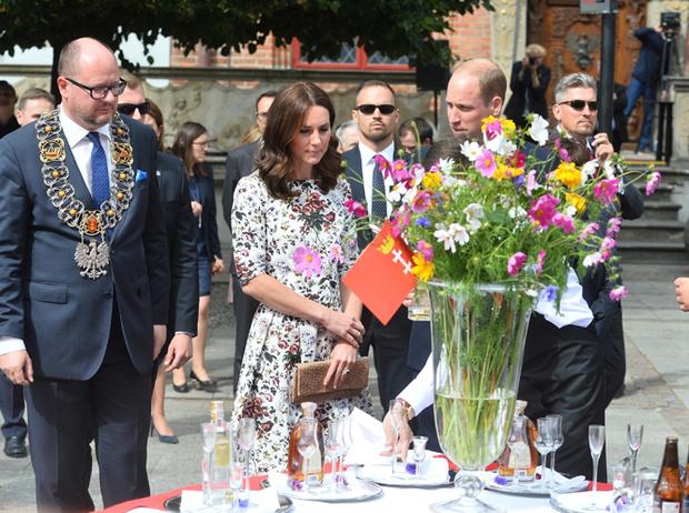 Фото №15 - Герцогиня Кембриджская еле сдержала слезы в концлагере Гданьска