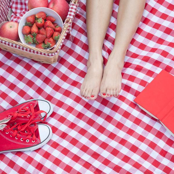 Фото №1 - «Клубничная» кожа: откуда берутся красные точки на ногах и как с ними бороться 🍓