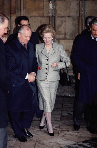 Фото №10 - Зачем Елизавете II столько одинаковых сумок Launer?