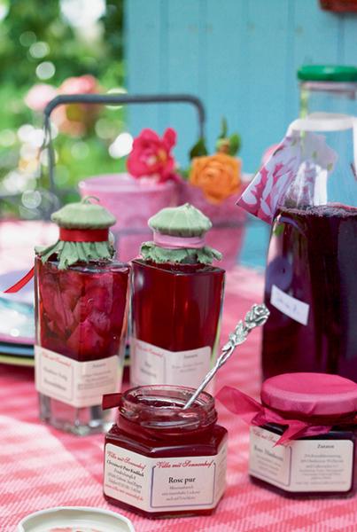Вечернее чаепитие – традиция, которую поддерживают не только жители Туманного Альбиона. Собраться всей семьей за самоваром, а за неимением оного – просто за столом любят и отечественные дачники. Но вот в меню, конечно, наблюдаются существенные расхождения. Предлагаем совершить дерзкий поступок и попробовать заморские деликатесы, скажем, мятное желе или варенье из лепестков роз.