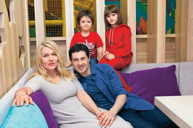 Виктория и Антон с 4-летним сыном Ваней и 7-летней дочкой Машей.