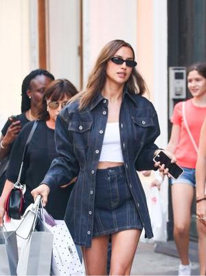 Фото №1 - Как и с чем носить джинсовые юбки этим летом: 5 классных образов для тебя