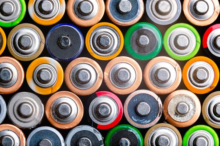 Фото №1 - Почему простые батарейки нельзя зарядить, как аккумуляторы?