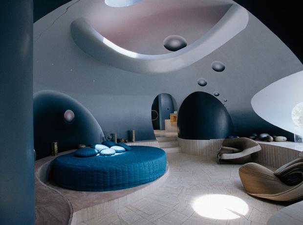 Фото №3 - Аэропорт, подводная лодка и стеклянный замок: самые необычные дома звезд