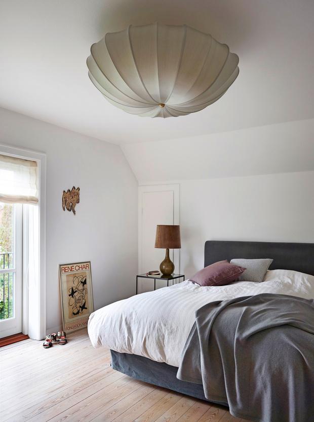 Потолочный светильник и настольная лампа, Rue Verte. Панно на стене Анны Стэн (Anna Stahn). Постер, Галерея Маг (Galerie Maeght).