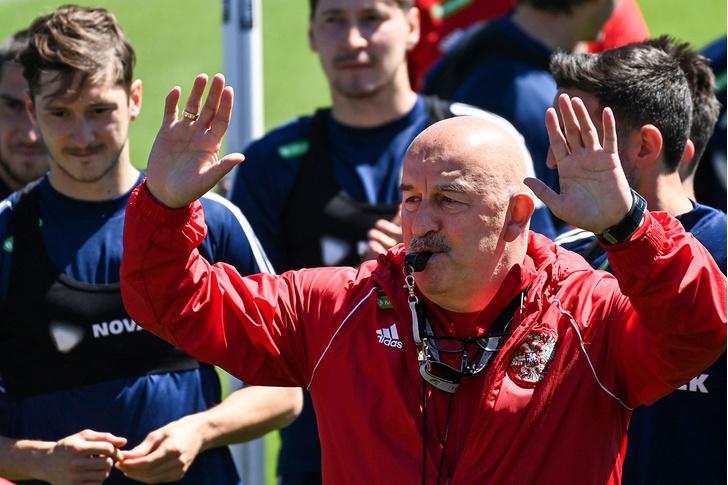 Фото №1 - «С нашим тренером национальная команда в тупике»: что говорят об отставке Черчесова
