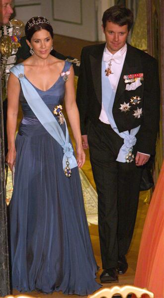 Фото №11 - 15 примеров, когда королевские особы надевали одно и то же вечернее платье несколько раз