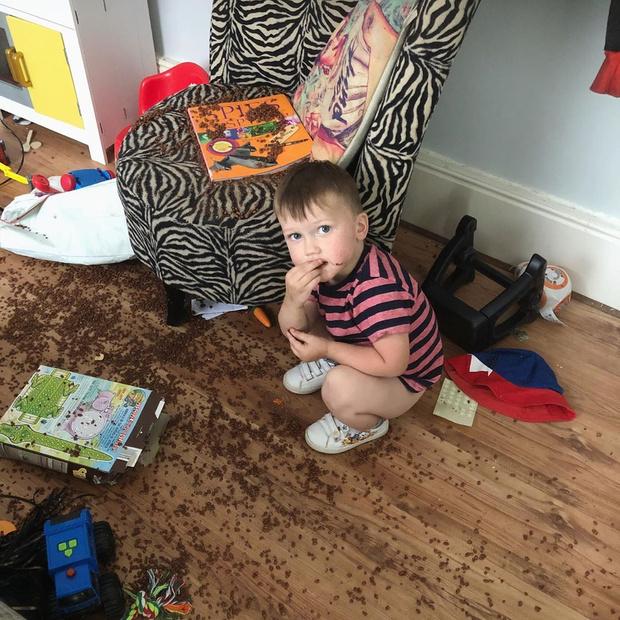Фото №2 - Что вытворяет дома самый непослушный ребенок Британии: 10 фото