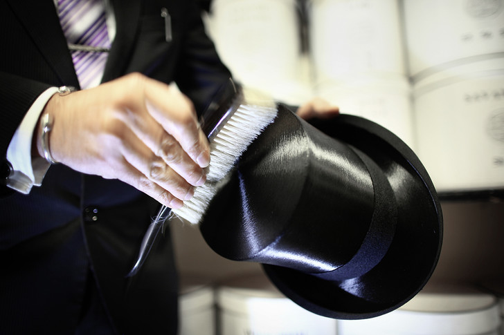 Фото №6 - Хитроумные шляпники: где делают головные уборы для королевы
