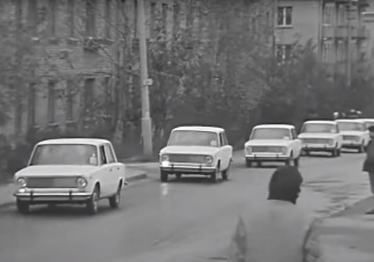 Фото №1 - Самые первые «Жигули-копейка» въезжают в Москву: видео из 1970-го
