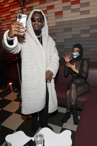 Фото №2 - Карди Би пришла на Неделю моды в абсолютно прозрачном костюме
