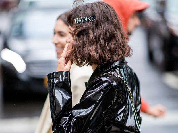 Фото №2 - Заколки, ободки и резинки: самые модные украшения для волос нового сезона