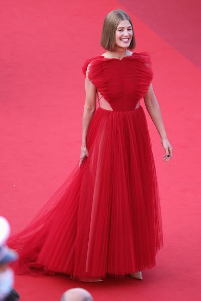 Фото №3 - Червонная королева: «сердечное» платье Розамунд Пайк на церемонии закрытия Каннского кинофестиваля