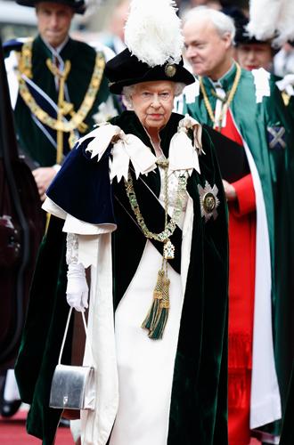 Фото №5 - Зачем Елизавете II столько одинаковых сумок Launer?