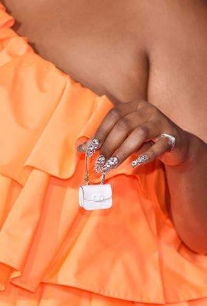 Фото №2 - Объем имеет значение: с чем носить оверсайз-сумки (и где искать самые модные)