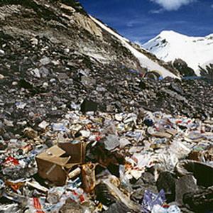 Фото №1 - Тонны мусора с Эвереста