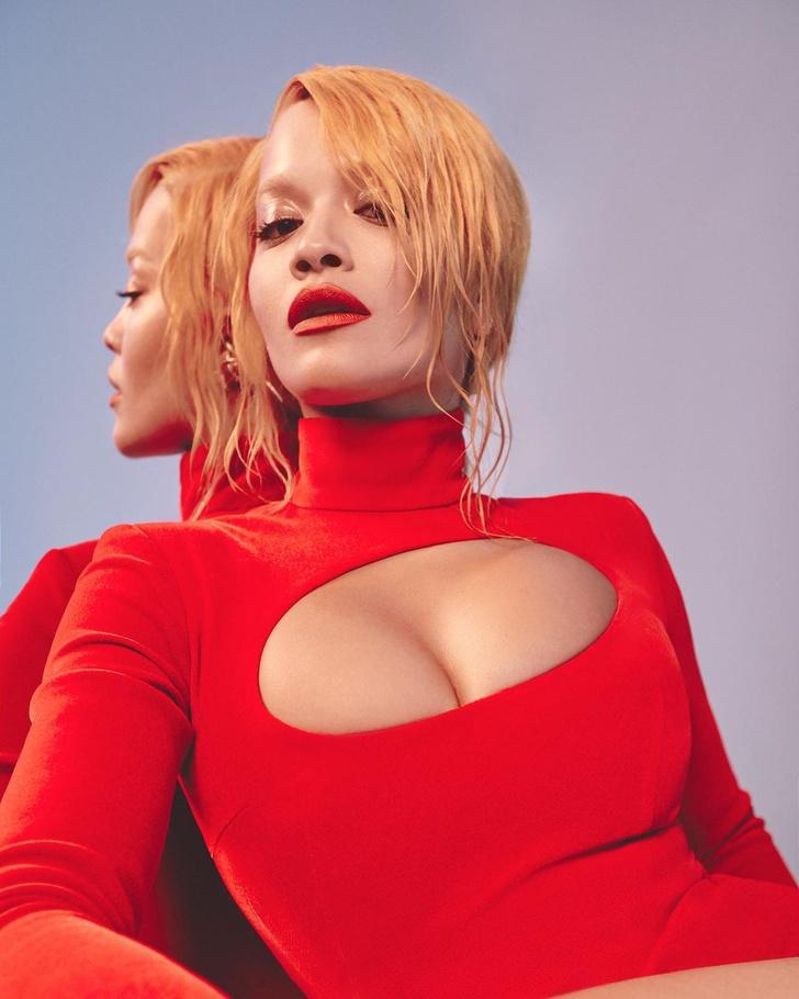 Фото №2 - Слишком горячо: Рита Ора в облегающем кроваво-красном платье с разрезами