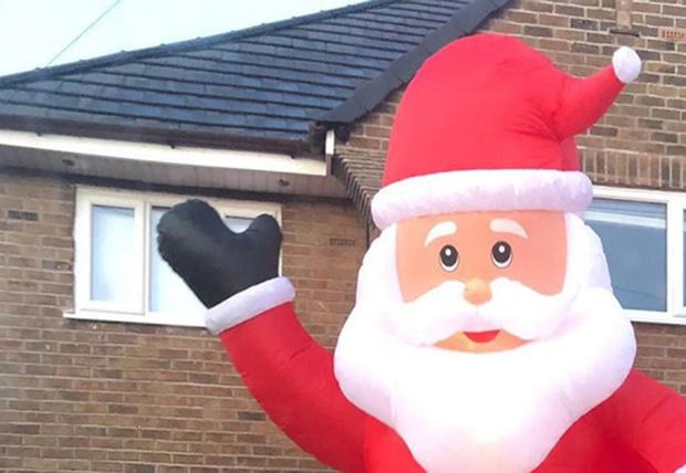 Фото №1 - Британец заказал на eBay надувного Санту для украшения дома, но Санта оказался размером почти с дом