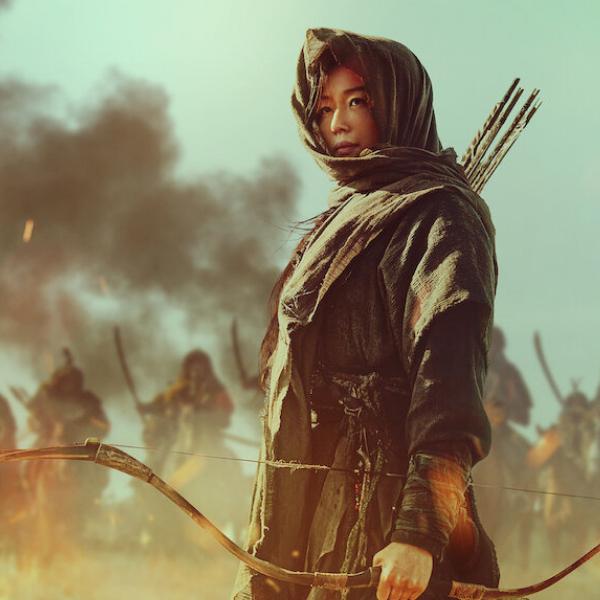Фото №1 - В Сети появились свежие стиллы бонусной серии «Королевства» от Netflix 🤩