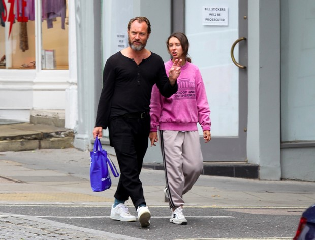 Фото №1 - Очень стильная идиллия: Джуд Лоу на прогулке с дочерью, топ-моделью