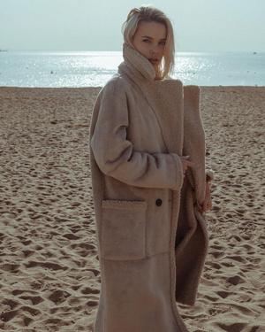 Фото №7 - Надоел пуховик? Вот какие пальто, эко-шубы и дубленки в моде этой зимой