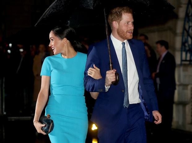 Фото №2 - Неслучайный выбор: герцогиня Меган взяла с собой в Лондон особое украшение
