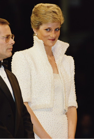 Фото №3 - Триумф или провал: история знаменитого жемчужного платья принцессы Дианы