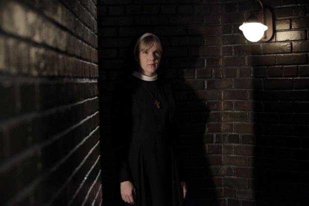 Лили Рэйб в «Американской истории ужасов» достаются самые экстравагантные роли. Которые, видимо, неудобно было предложить кому-то еще.