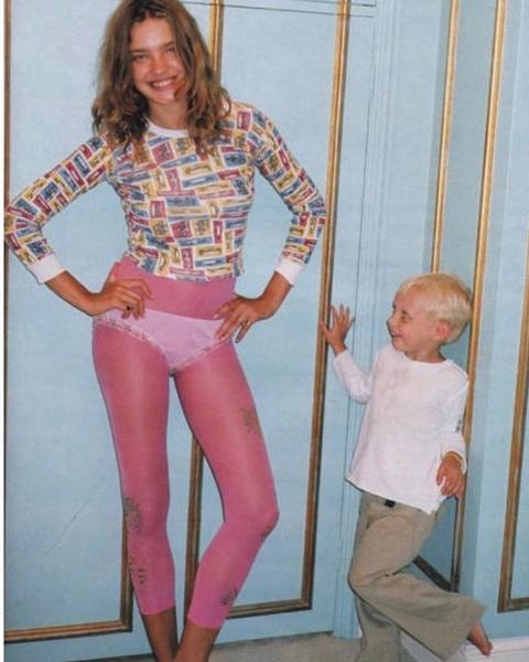 Фото №2 - В розовых лосинах и трусах: Водянова поделилась забавным ретроснимком