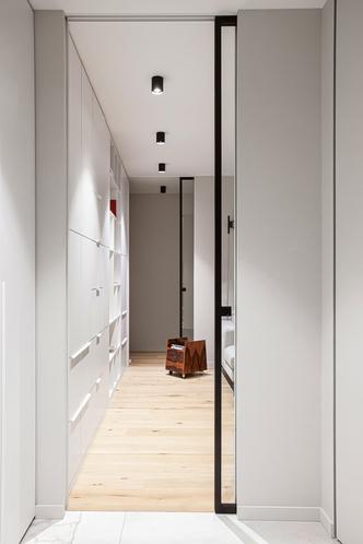 Двери высотой во весь проем визуально поднимают уровень потолка.
