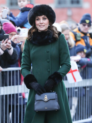 Фото №21 - Теплый прием: как герцогиня Кейт носит шарфы