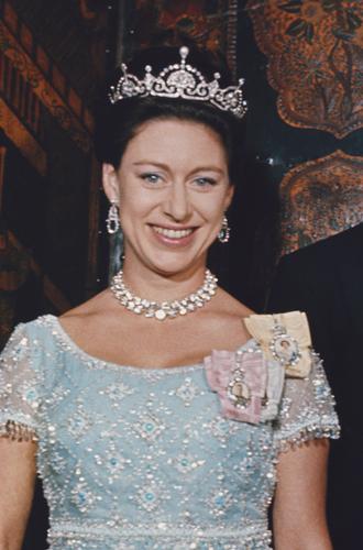Фото №17 - Какую тиару Елизавета II одолжит Меган Маркл на свадьбу: делаем ставки
