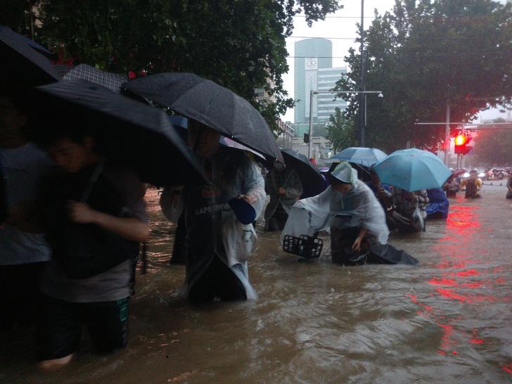 Фото №1 - В китайском метро пассажиры заблокированы в поезде из-за наводнения (видео)