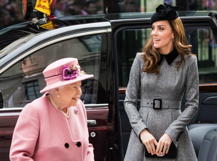 Фото №1 - Долгожданный дуэт: герцогиня Кембриджская и Елизавета II вместе вышли на работу