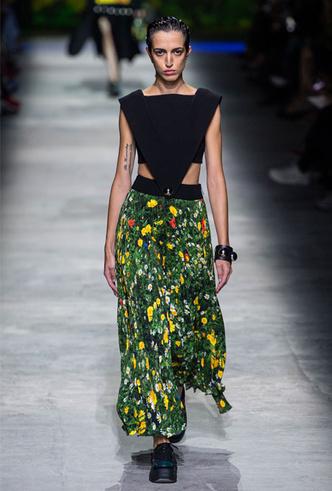 Фото №9 - Асимметрия, деним и карго: самые модные юбки лета 2020