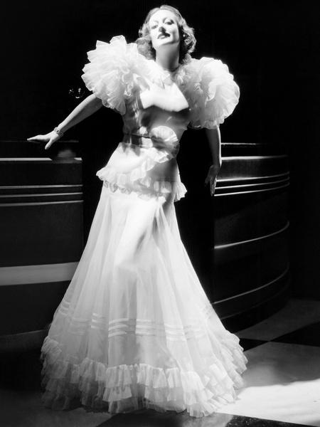 Фото №1 - 22 самых красивых белых платья всех времен