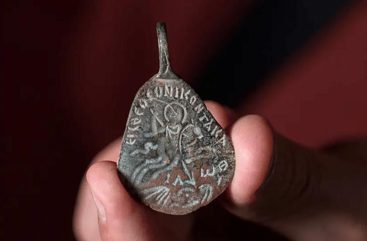Фото №1 - В Израиле найден древний амулет от сглаза