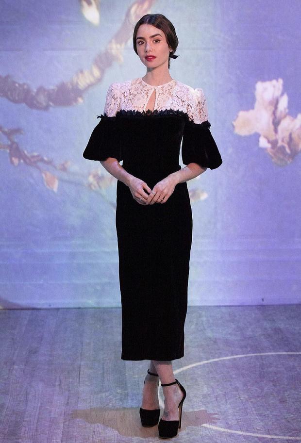 Фото №3 - Русское платье из кружева и бархата, в котором Лили Коллинз ходит в музей