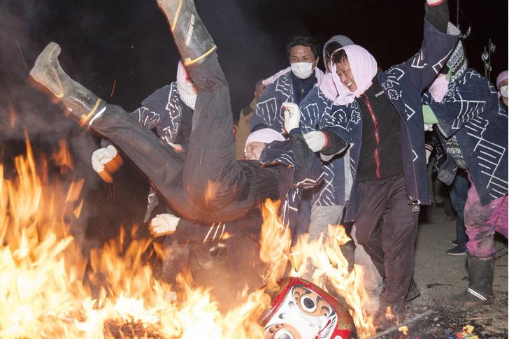 Фото №1 - Японский фестиваль, во время которого мужики кидают друг друга в костер (видео)