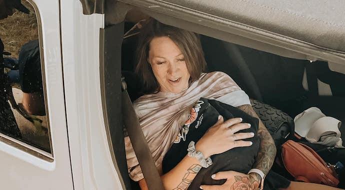 Женщина родила по дороге в больницу. Малыша спасла сообразительность мужа